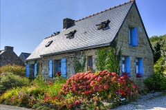 :5: Une jolie petite maison vue dans le hameau de Lostmarc'h sur la commune de Crozon.  C'est la maison typique avec ses volets bleus, ses murs de pierre et les hortensias qu'on voit un peu partout en Bretagne.